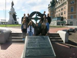 Die Emder Gruppe in der Altstadt von Quèbec mit dem Monument zur Auszeichnung als UNESCO-Weltkulturerbe.