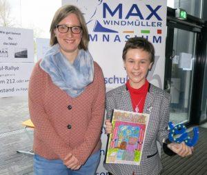 Sandra Fuhrmann mit ihrer Deutsch-Lehrerin Stephanie Aikens und dem Pokal für die Beste Arbeit im Wettbewerb.