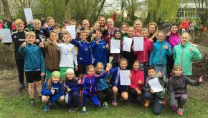 Freuen sich über Pokale und Urkunden: die Max-Teams des Walllaufes 2016.