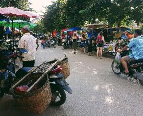 Besuch auf einem der belebten thailändischen Märkte