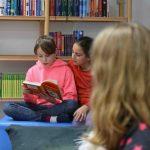 Gebannte Zuhörer beim gegenseitigen Vorlesen