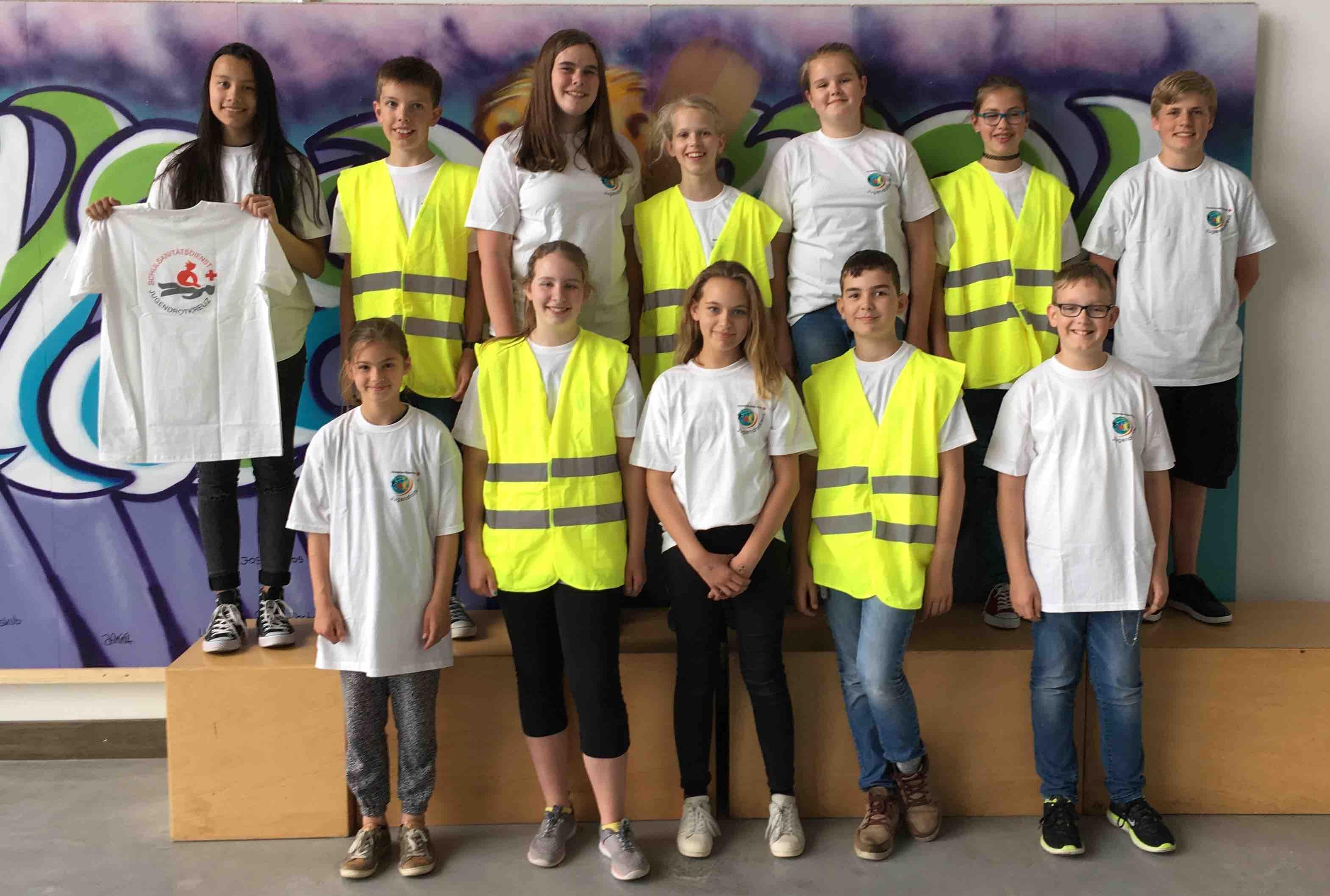 Förderverein stiftet T-Shirts für die Schulsanitäter