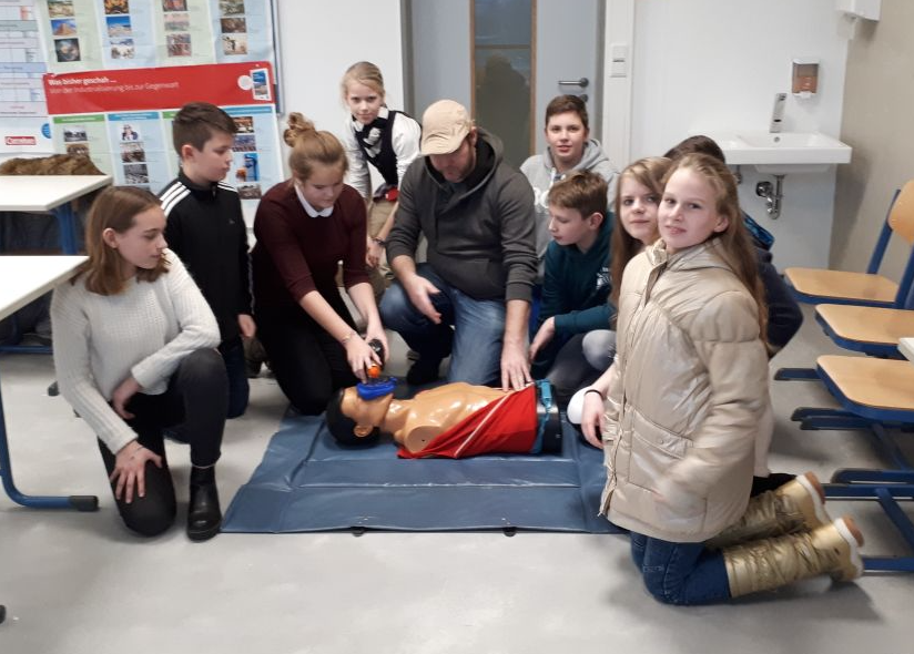 Schulsanitätsdienst übt Herz-Lungen-Wiederbelebung