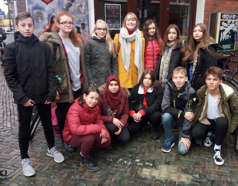 Max-Schüler putzten mit polnischen Gästen Stolpersteine
