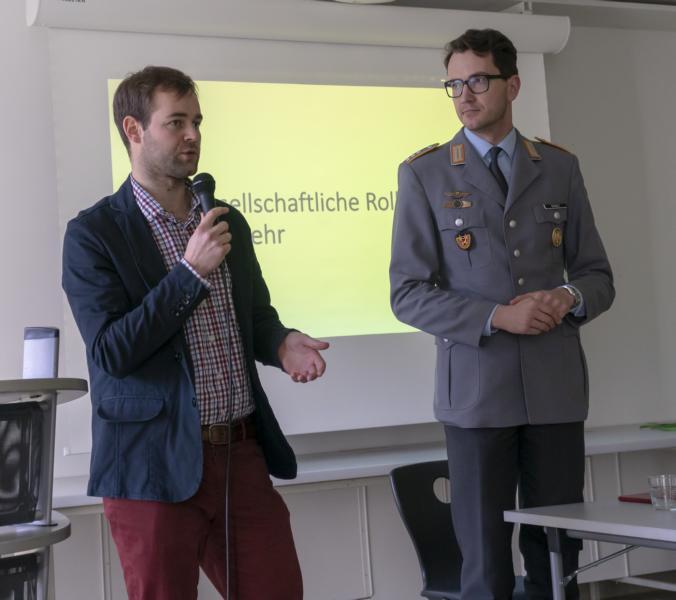 """Remarques """"Menschentier"""" und der heutige Dienst an der Waffe – Jugendoffizier Schult diskutierte mit Max- Schülerinnen und -Schülern"""
