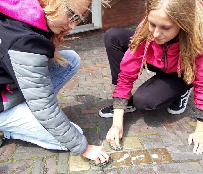 Max-Schüler putzten Stolpersteine