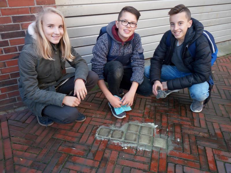 Max-Schülerinnen und -Schüler putzten Stolpersteine
