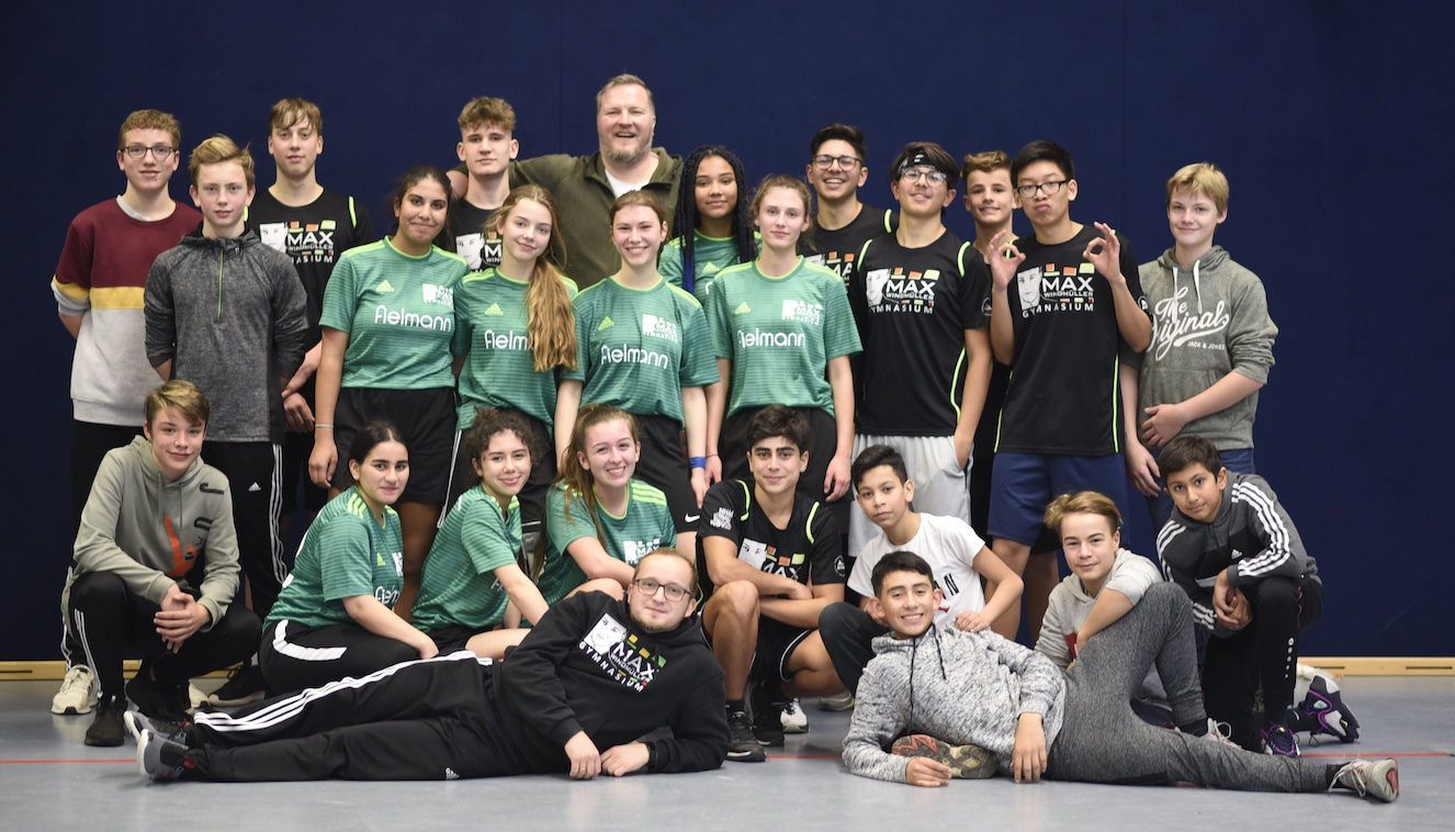 Überragende Basketballmannschaften des Max spazieren mit Leichtigkeit in den Bezirksentscheid