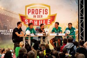 Werder-Profis in der Schule LR (4)