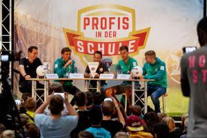 Werder-Profis in der Schule LR (5)
